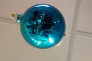 Figure 1: Photos d'une boule de Noël de piètre qualité (petite, abîmé, bleu...) réalisé avec un capteur CMOS 5 mégas pixels bas de gamme intégré à un téléphone portable.