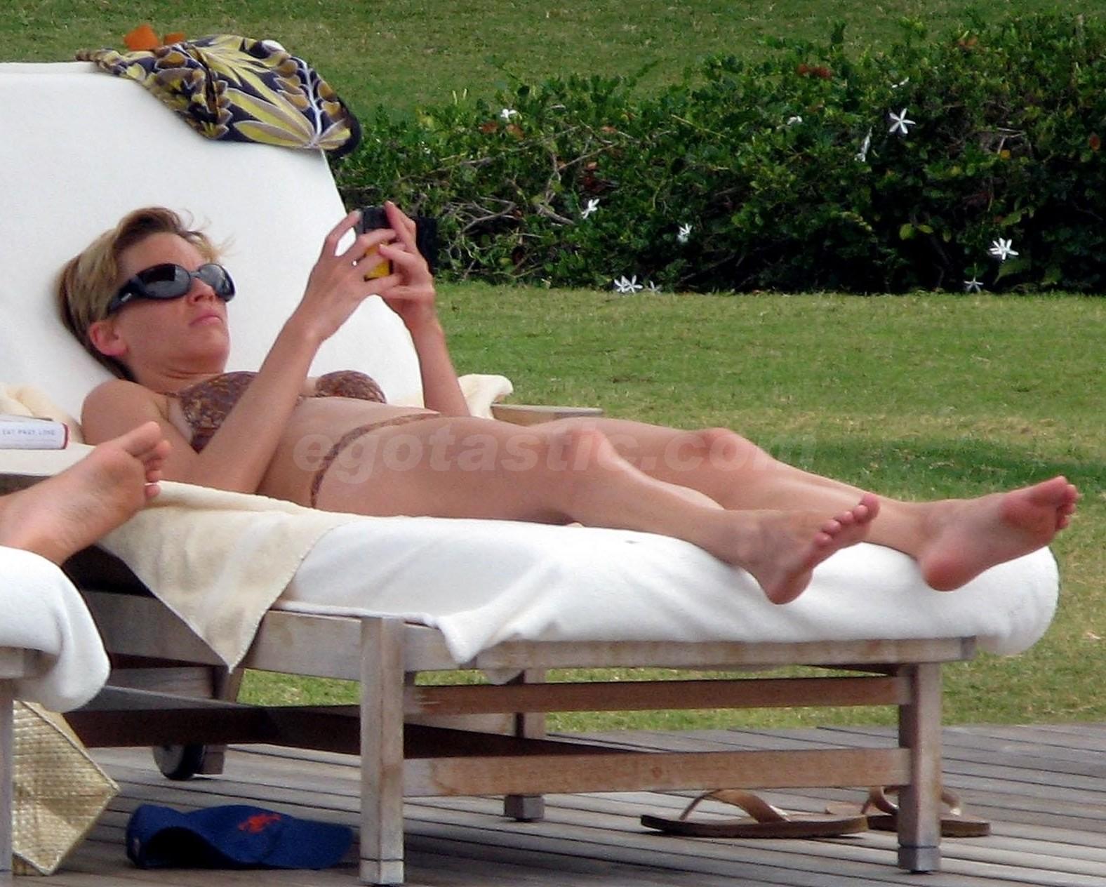 http://2.bp.blogspot.com/_3G4dg-GWVKI/TJNMsAeYBEI/AAAAAAAAH_Y/FLZ92IeDD0o/s1600/11109_hilary-swank-bikini-1-02_123_1142lo.jpg