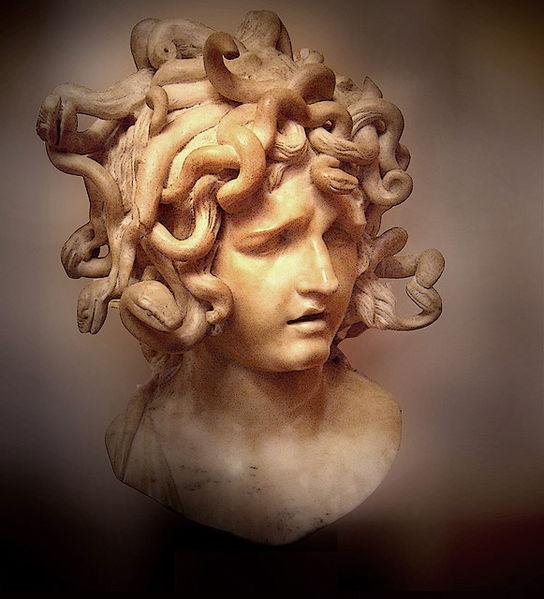 """""""Вместо волос у горгоны - шевелящиеся змеи, все тело покрыто блестящей..."""