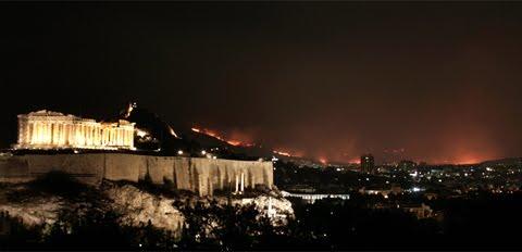 Atenas (Grecia) rodeada por el fuego