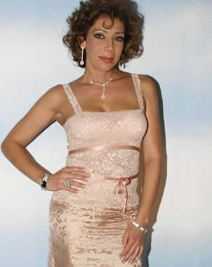 Cynthia Klitbo con hermoso vestido melón