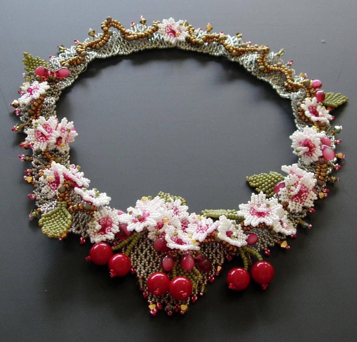 Красивое украшение из бисера