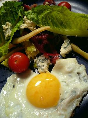 Sallad med St Agur, bacon och ägg