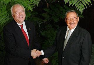 Sonrientes, el sucesor de la tiranía cubana, Raúl Castro, y Miguel A. Moratinos, ministro de asuntos exteriores español