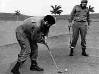 ¿Reconocen a estos «burgueses» jugando al golf? Faltó Raúl Castro en esta foto junto al Ché y a su hermano Fidel. Seguramente jugaba en otro sitio, inclinado, con otro palito, otras pelotitas y disfrutando con otro agujerito