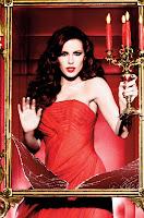 Красавица Кейт Бекинсейл в обтягивающем красном платье