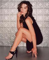 Kate Beckinsale присев показала свои красивые ноги