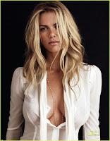 Фото красивой груди Brooklyn Decker в расстегнутой белой блузке