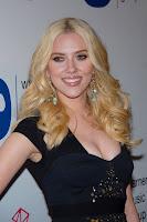 Молодая блондинка Скарлетт Йоханссон роскошно улыбается фотографам