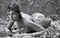 Мария Сёмкина в глине для журнала Playboy