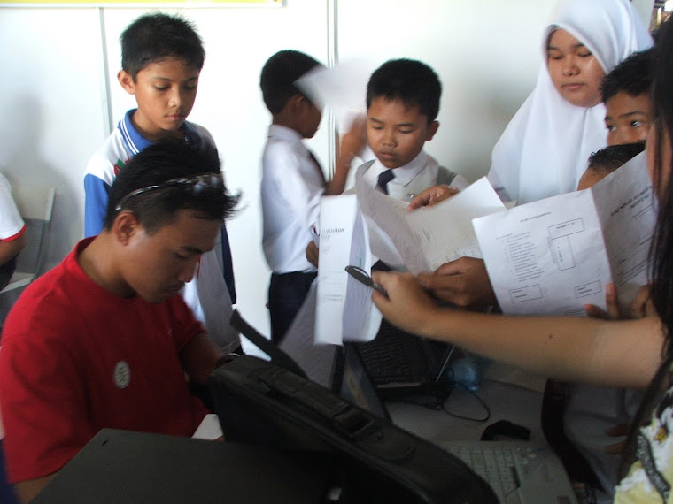 T95 Sibuk Menandatangani Kertas Kerja Pelajar