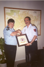 ENTREGA DE PLACA POR PARTE DEL JEFE DE POLICIA DE LA POLICIA MUNICIPAL DE MADRID (año 2000)