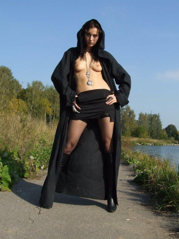 Эротический блог для мужиков: Девушка-гот показала грудь: http://blogomens.blogspot.com/2010/04/blog-post_9881.html