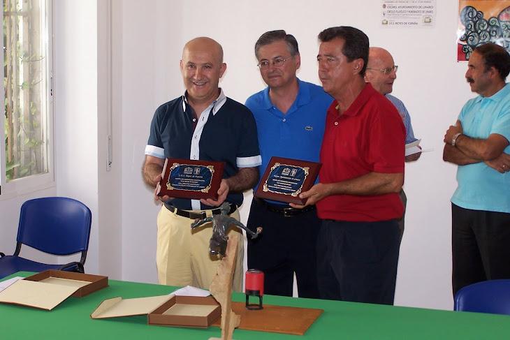 DE IZQUIERDA A DERECHA: DIRECTOR ACTUAL DEL IES, DIRECTOR DEL CIRCULO FILATÉLICO, SR.  ALCALDE