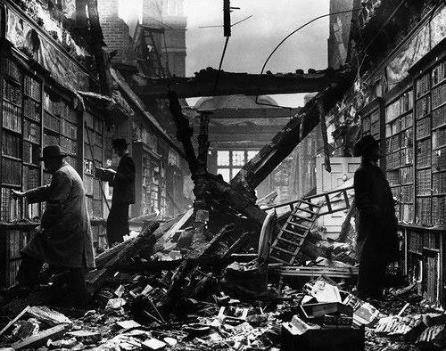 La biblioteca di Holland House (Londra, 1940).