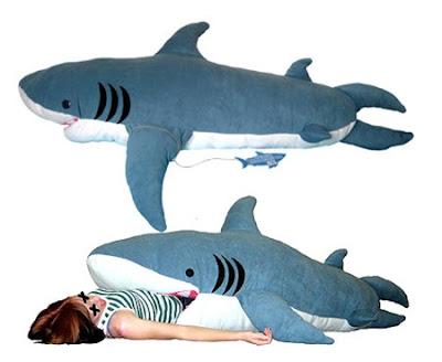 Durmiendo con el enemigo: un saco de dormir con forma de tiburón
