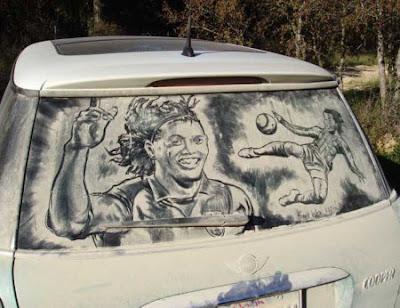 Arte en autos con vidrios sucios