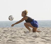 Kate Hudson joaca volei
