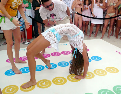 Miranda Kerr joaca Twister