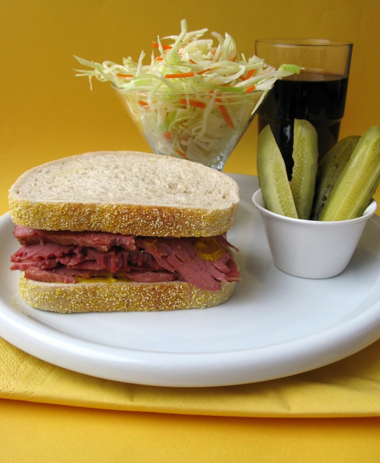 Au gr du march sandwich de smoked meat et salade de chou - Idee de sandwich froid ...