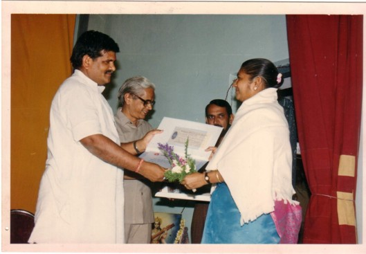 वर्ष १९९५ का राजस्थान साहित्य अकादमी का शंभूदयाल सक्सेना पुरस्कार ग्रहण करते हुए