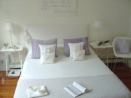 con encanto dormitorio en blanco y lila