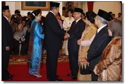 New advisers: President Susilo Bambang Yudhoyono congratulates senior economist and former environment minister Emil Salim (center) after swearing him in as one of nine new members of the Presidential Advisory Council at the State Palace, Jakarta, on Monday. Courtesy of Presidential Office/Abror Rizki