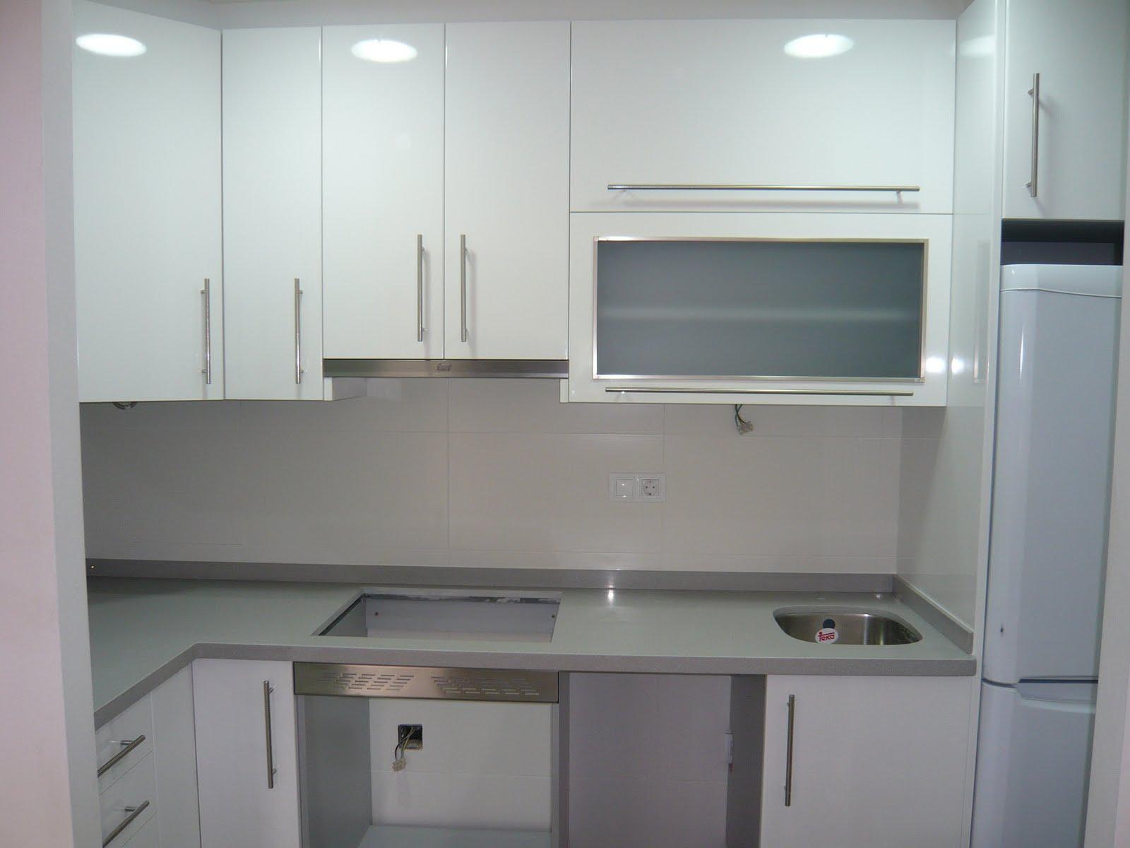 Reuscuina cocina en formica blanca for Cocinas blancas y grises fotos