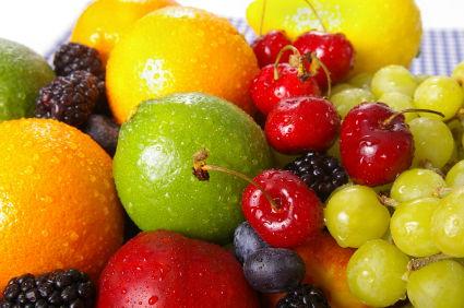 Mengkonsumsi buah sebagai sumber vitamin alami berkhasiat menurunkan risiko penyakit jantung.