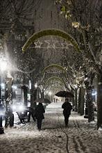 Caminando bajo nieve y estrellas