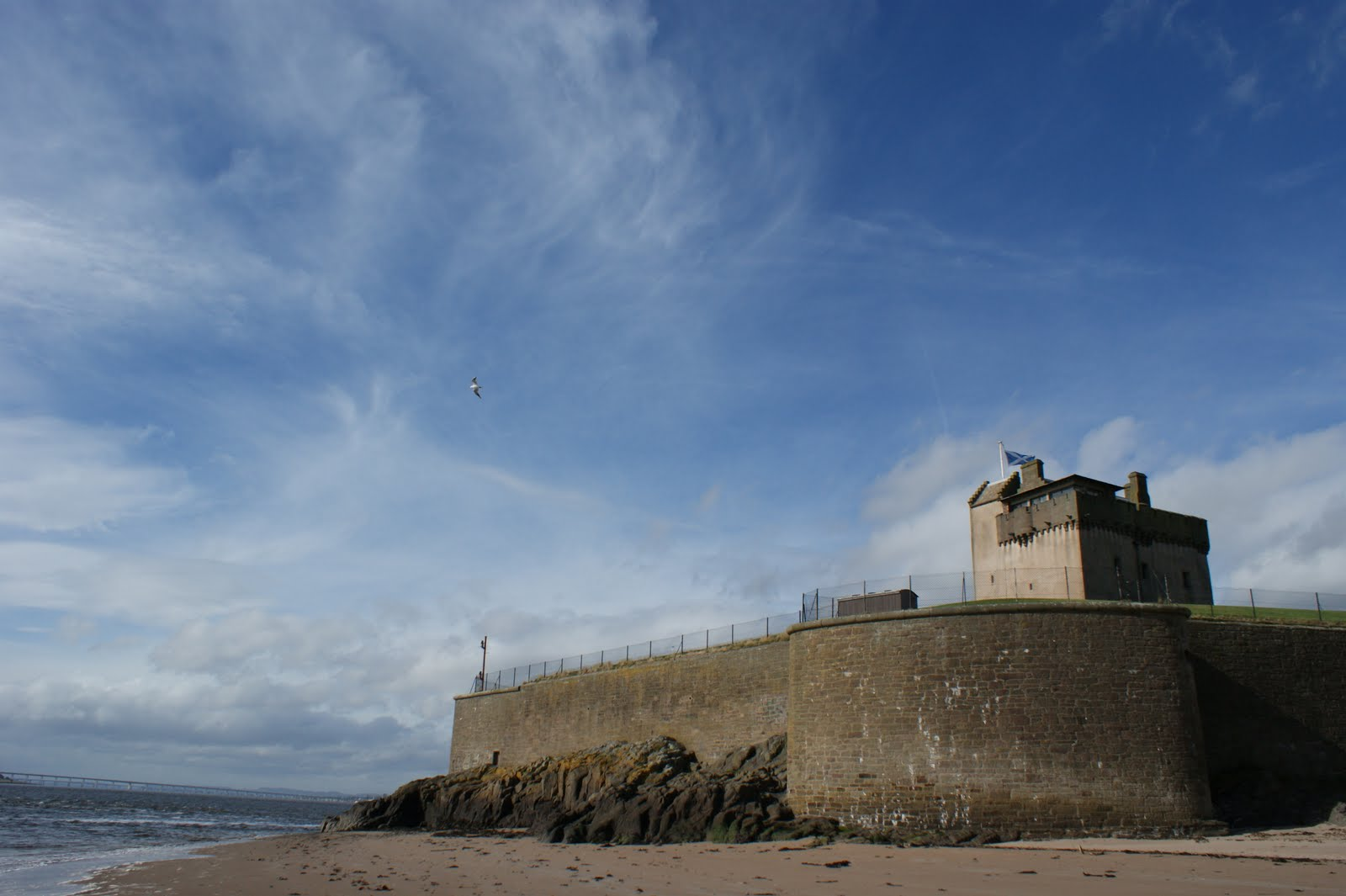 http://2.bp.blogspot.com/_4DzLbV79i7g/TKd2P4mZJtI/AAAAAAAAlOM/gj4Dktry4os/s1600/October+2nd+Photograph+Broughty+Castle+Scotland.jpg