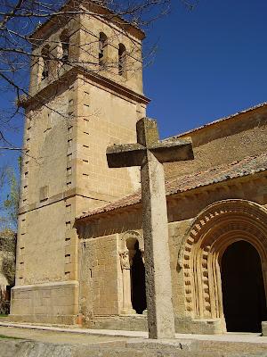 Fachada principal de la iglesia de San Pedro de Gaíllos en Segovia