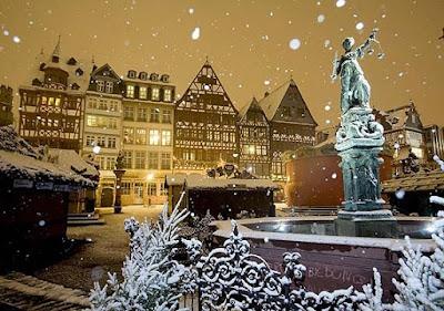 Mercado de Navidad de la plaza central de Römerberg, en Frankfurt, Alemania.
