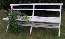 Lång vit gammal trädgårdssoffa