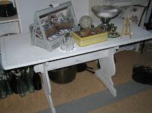 Nätt allmogebord med blå dekorrand