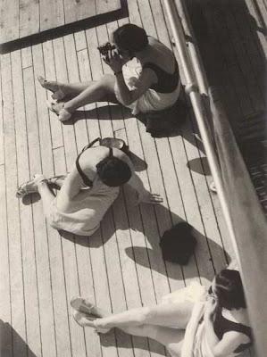 Vincenzo Balocchi, Donne che prendono il sole sul ponte di una nave, 1935