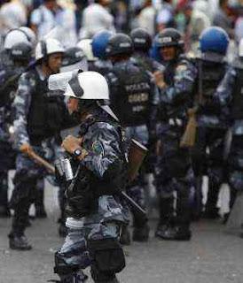USA no pudo imponer reconocimiento a elecciones golpistas Policia-en-las-calles-de-tegucigalpa-honduras-300x350
