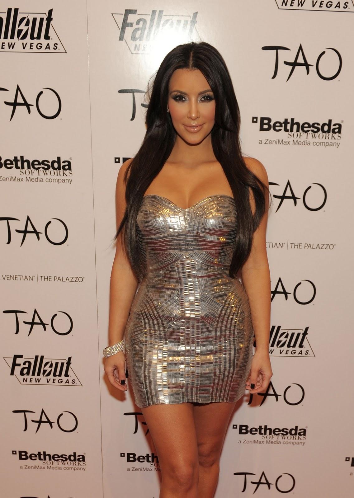 http://2.bp.blogspot.com/_4KxmFp2OOHI/TLvPxVp_CLI/AAAAAAAANeo/T7hY_hrNqNs/s1600/Kim+Kardashian+celebrates+her+birthday+at+TAO+with+FALLOUT+NEW+VEGAS.JPG