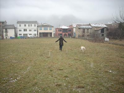 María José y Cass corriendo bajo la nieve