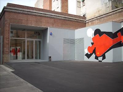 exterior de la fundación Arranz Bravo de l'Hospitalet con uno de los murales pintados por el artista