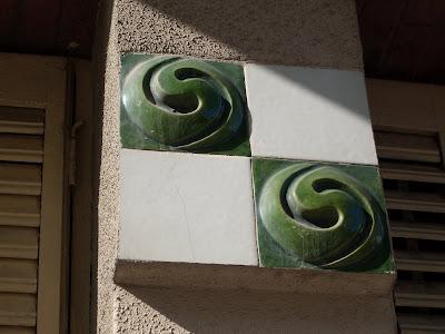 un detalle decorativo en cerámica verde y blanca de las casas baratas de la Rambla just Oliveras de l'Hospitalet