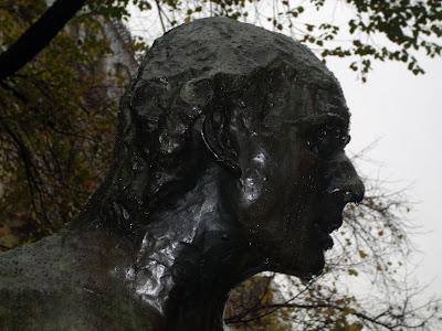 una de las esculturas de Rodin en rambla catalunya