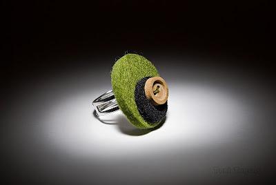 Un anillo de Las Cosaderas, la foto es de Toni de Sense Mirar
