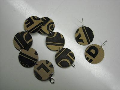 Una pulsera de Las Cosaderas hecha con cartón