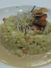 risotto de vieiras al curry con ensalada de alfalfa y ajo-chips