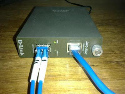 A interface mini-GBIC é então conectada a um conversor de mídia (foto  abaixo), que converte o gigabit ethernet óptico em gigabit ethernet  elétrico. e464a8d866