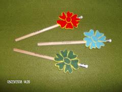 Lápis com flores em feltro