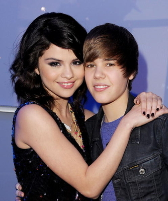 justin bieber kissing miley cyrus on the lips. 2011 justin bieber kissing