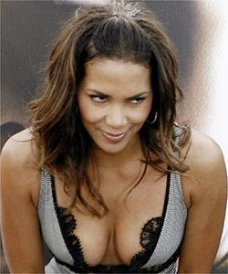 Halle Berry chats with strangers on net