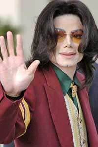 Michael Jackson checks in a hotel as a woman!